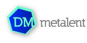 logo DM metaal oranje-wit
